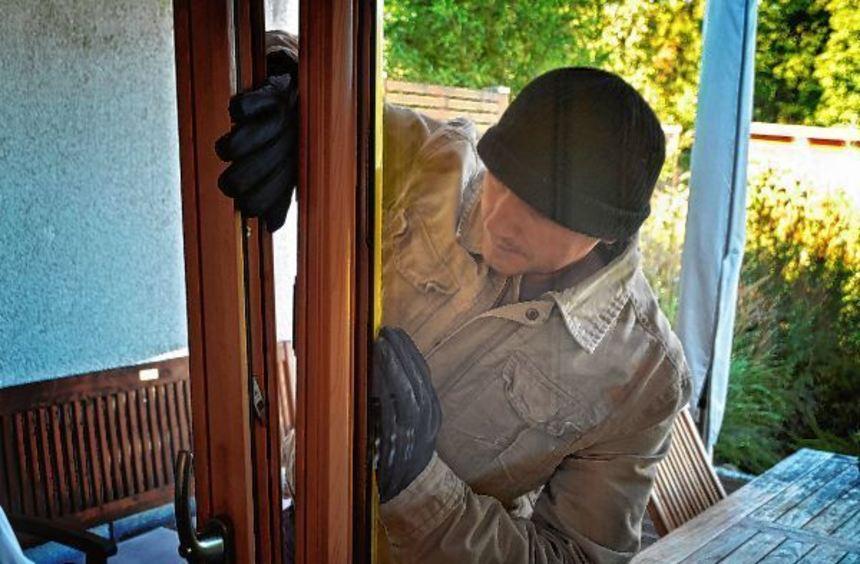 Mit einigen Tricks kommen Einbrecher relativ schnell in Haus oder Wohnung - präventiv kann viel ...