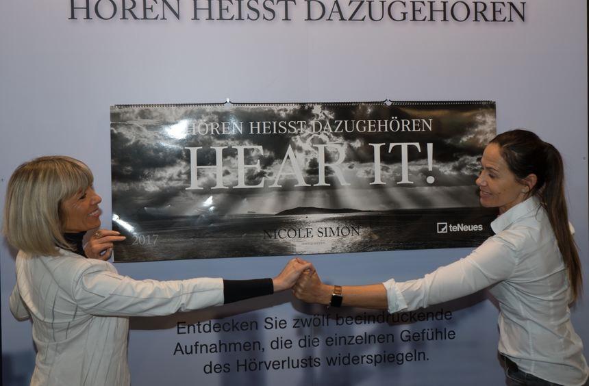 Sieglinde Wetterauer (l. ) und Nicole Simon mit dem Kalender.