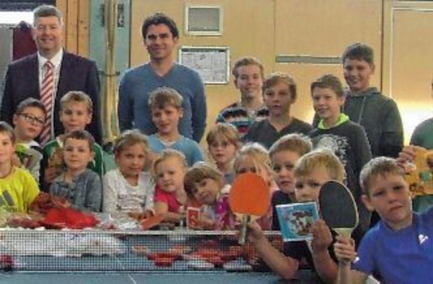 Die jüngsten Teilnehmer der TIschtennis-Minimeisterschaften mitsamt jugendlichen Gruppenleitern ...