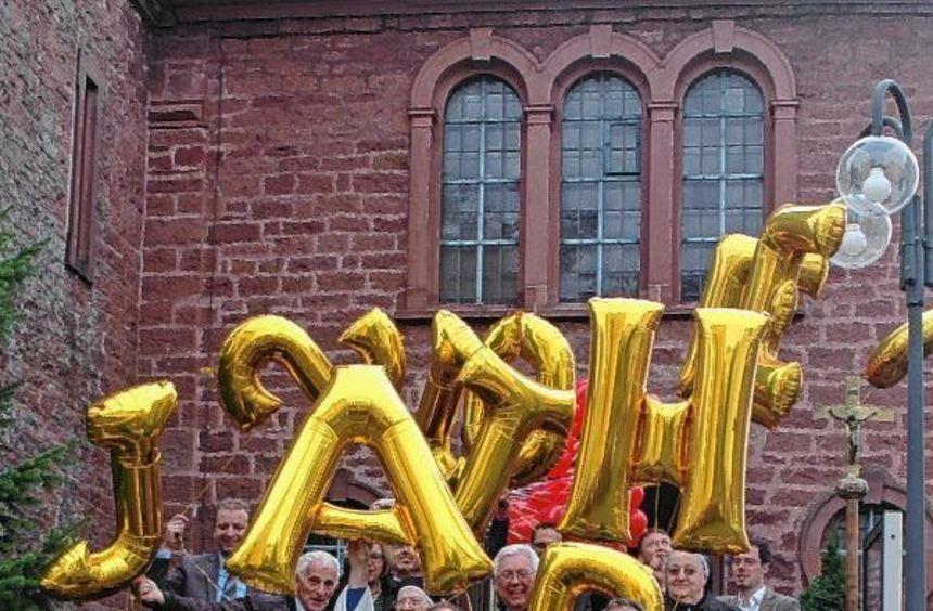 Goldene Luftballons mit angehängten guten Wünschen ließen die Gäste am Sonntag anlässlich der Feier ...
