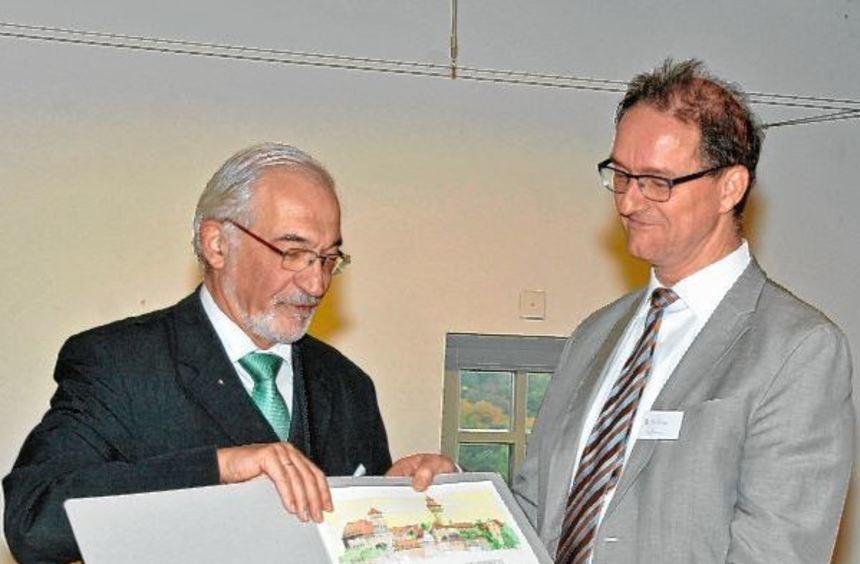 Regierungspräsident Dr. Paul Beinhofer (links) übergab den Kulturpreis als Präsident des ...