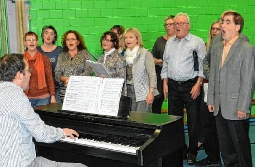 Der gemischte Chor des MGV Sängerbund beim Vortrag im Bürgerhaus, wo sich viele Gäste zum ...