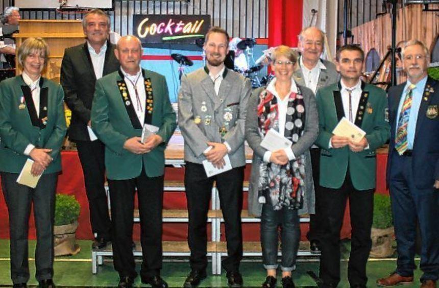 Einige Wiedergründungsmitglieder wurden für ihre 50-jährige Zugehörigkeit zum Schützenverein ...