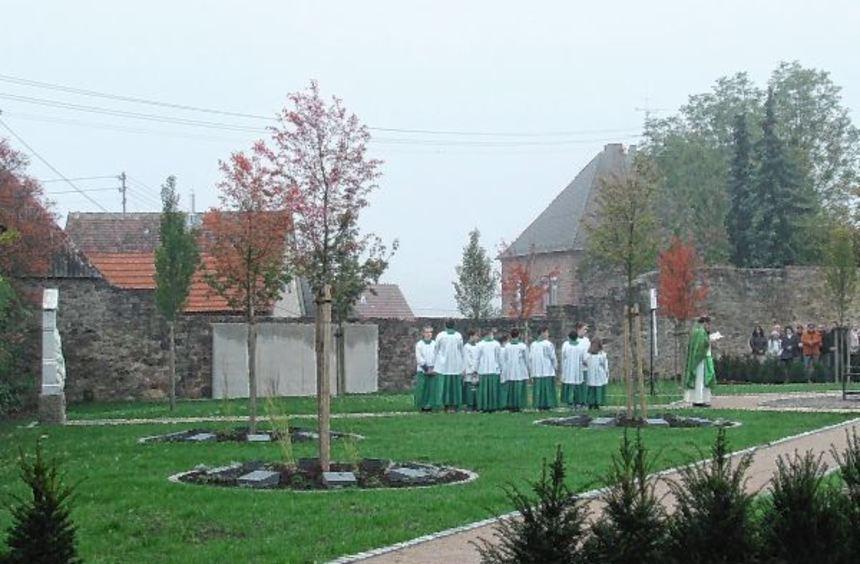Blick auf die neue Urnengrabanlage Anlage während der Einweihungszeremonie: vorne die drei ...