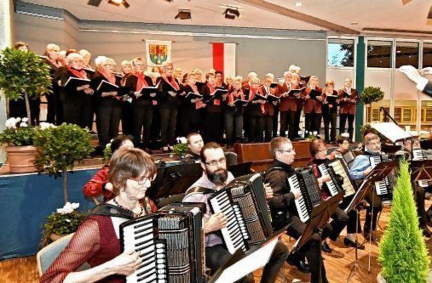 Erstklassiges Duett: Liedertafel Auerbach und Akkordeon-Club Blau-Weiß Bensheim bei ihrem ...