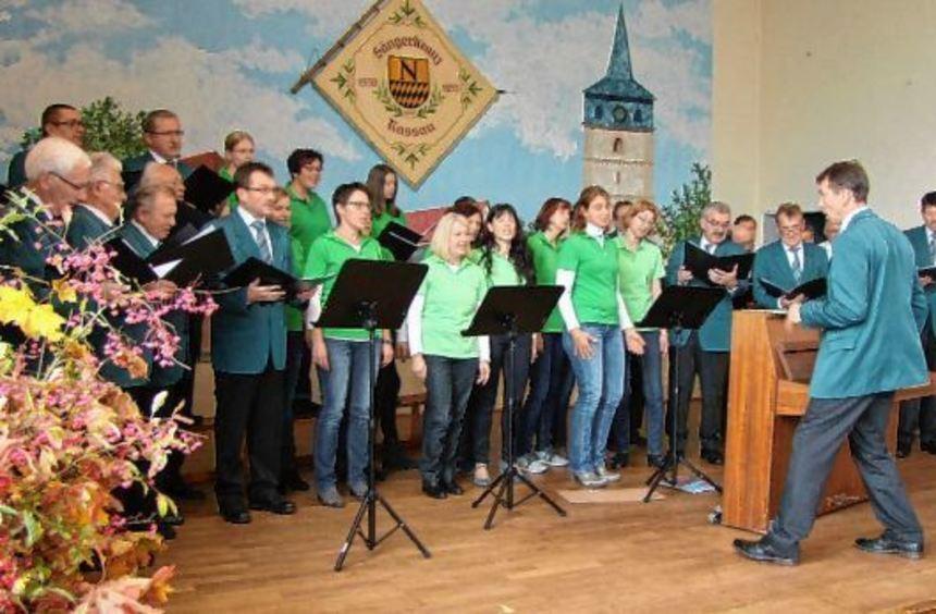 Einstieg mit Kindern und Chor (großes Bild): Die beteiligten Ensembles zeigten in Nassau hohes ...