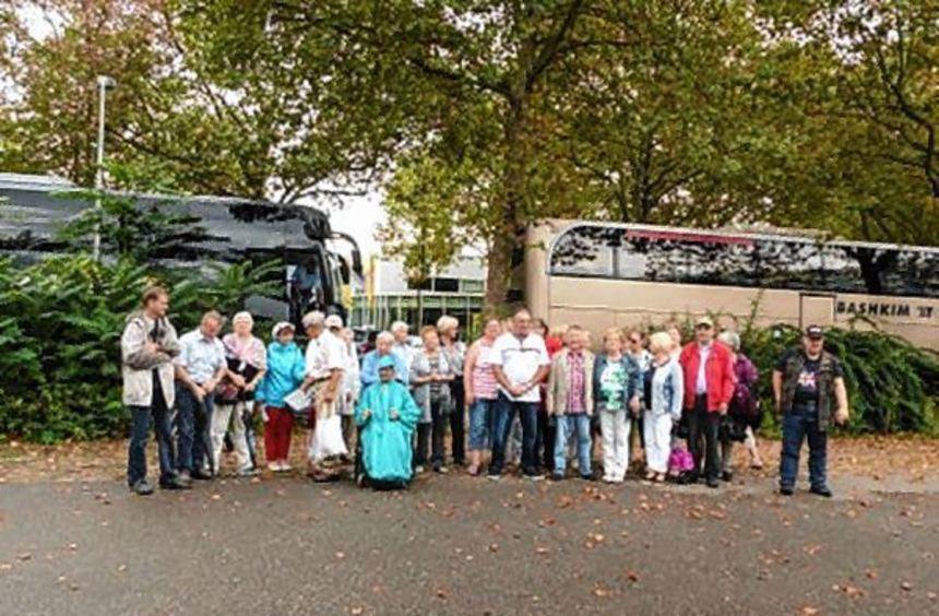 Gruppenfoto aus dem Großparkplatz: Der Lorscher Verein der Behinderten und ihrer Freunde besuchte ...