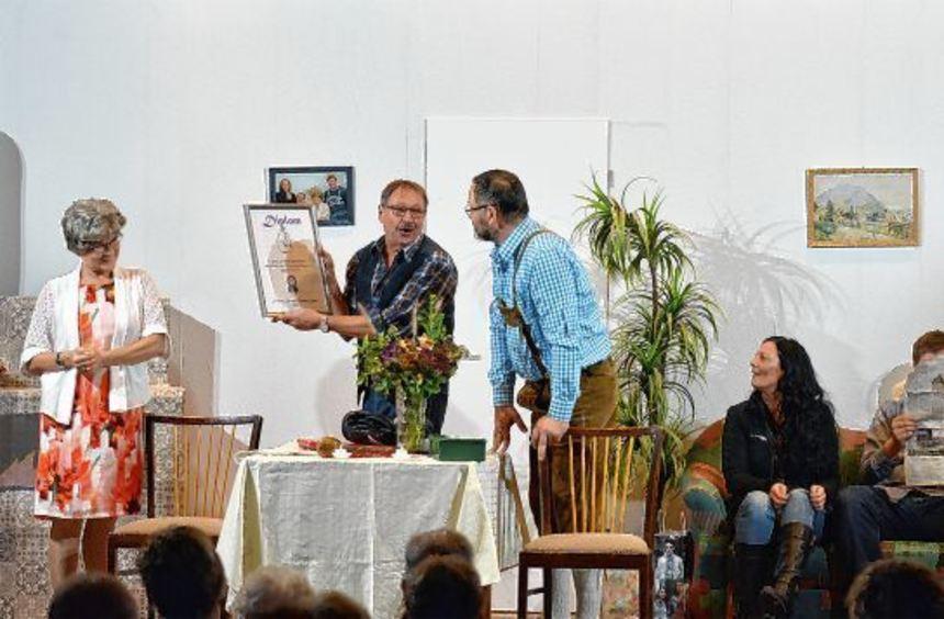 """Die Theatergruppe Kirschhausen spielte das Stück """"Der Meisterboxer"""". Auf dem Foto (von links): ..."""