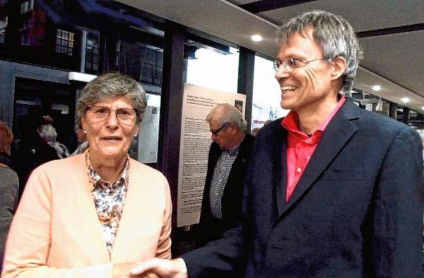 Dagmar Hinrichs dankt Markolf Niemz für seinen Vortrag.