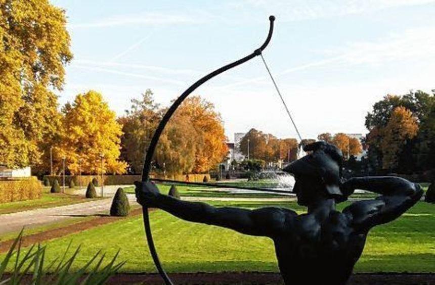 Der Bogenschütze im herbstlichen Ebertpark.