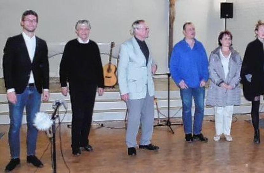 Nach dem Abschluss des Lichtkonzertes präsentierten sich alle Beteiligten samt Künstler Georg Kühn ...