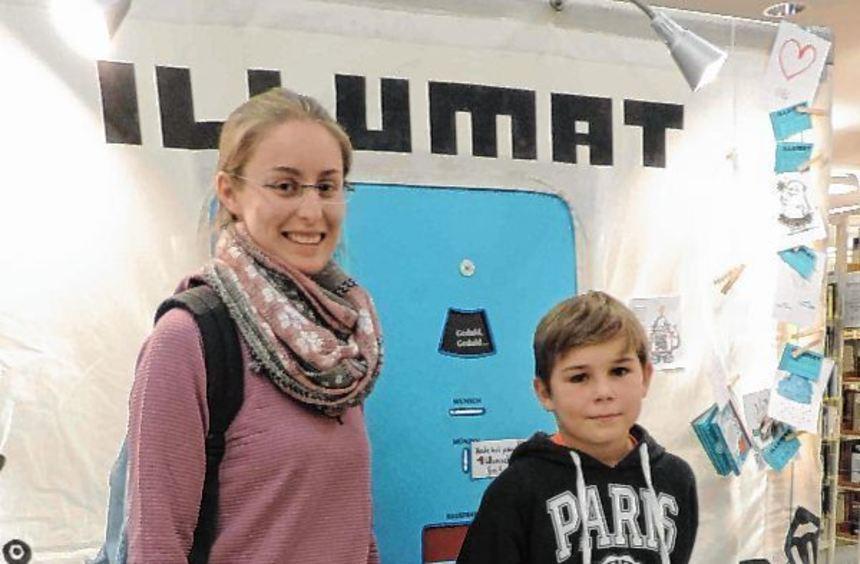 """Kaya Uhlmann und Louis Schmucker in der Stadtbibliothek am """"Illumaten"""", sie warten dort auf ihre ..."""