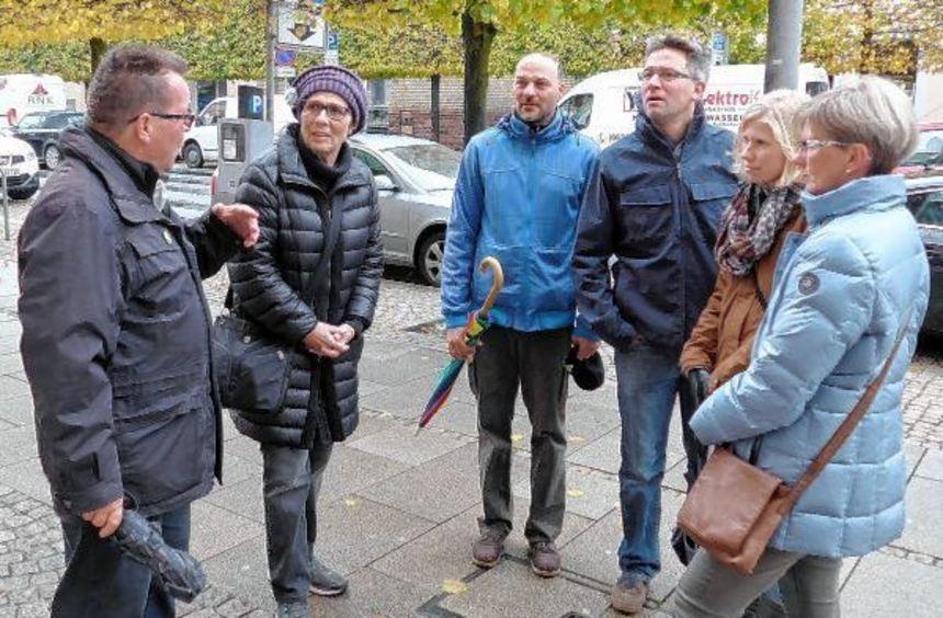 Werner Zimmermann (links) führte die kleine Gruppe der evangelischen Kirchengemeinde durch die ...