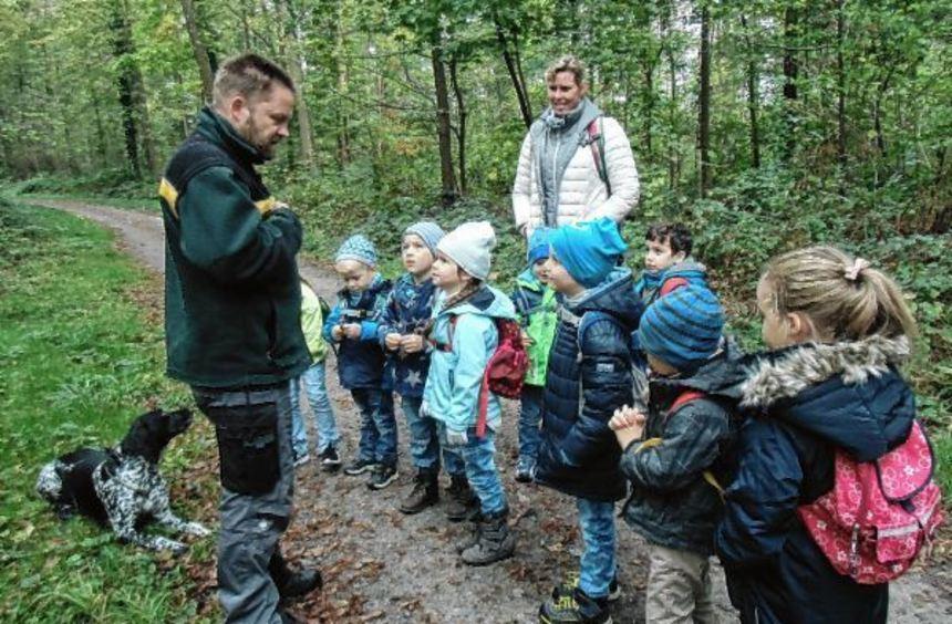 Förster Andreas Kolb (mit Hund Bianca) erklärt den Kindern seine Arbeit.