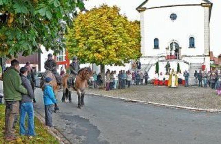 Auf dem Kirchenvorplatz in Erfeld wurde die traditionelle Pferdesegnung vorgenommen. Außerdem wurde ...