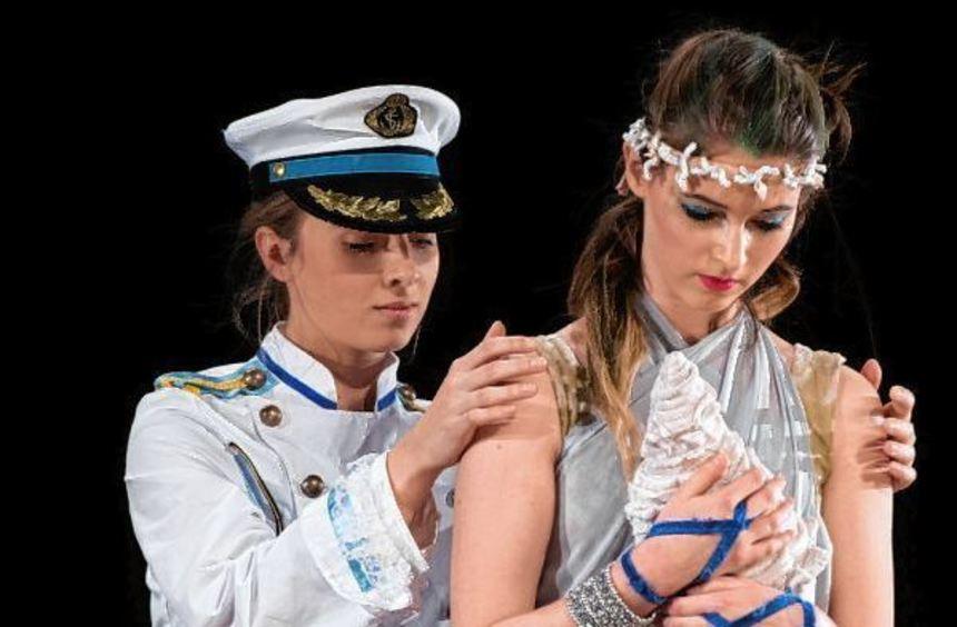 In den Prinzen (links, Anna Kolb) hat sich die Meerjungfrau (Cosima Lang) unsterblich verliebt. Mit ...