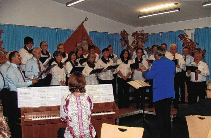 Die Ottmar-Mergenthaler-Sängerfreunde Hachtel bei ihrem Herbstkonzert zusammen mit dem Kirchenchor.