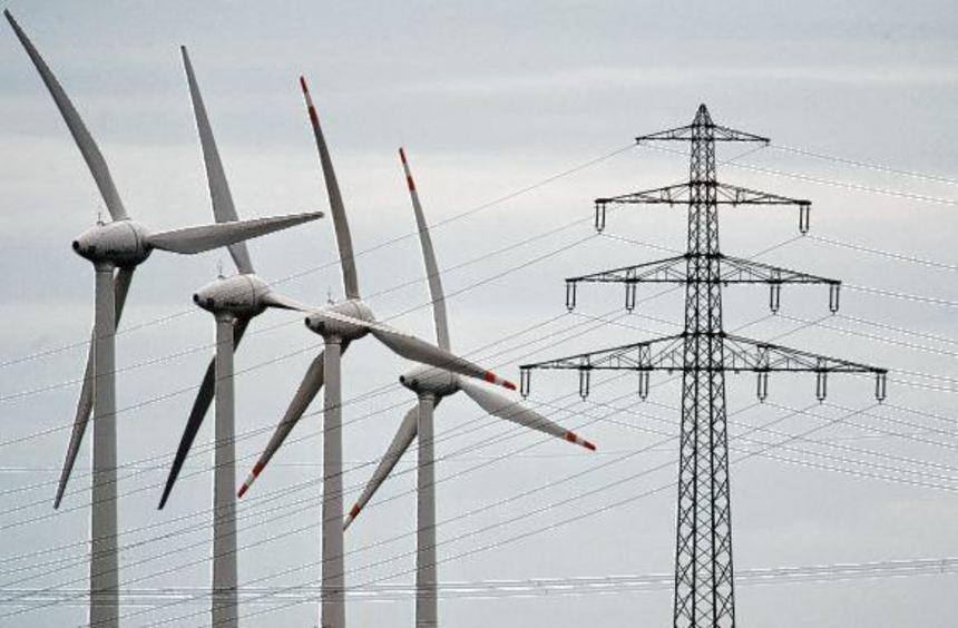 Eine Hochspannungsleitung und Windräder stehen bei Sehnde in der Region Hannover (Niedersachsen). ...