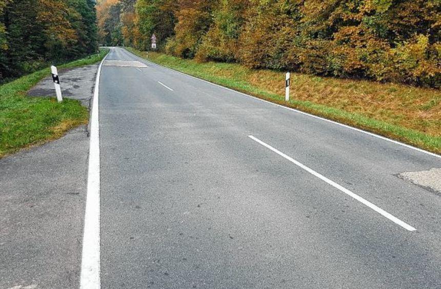 Hinter dieser Kurve ereignete sich vor Wochenfrist auf der L 2248 ein schwerer Verkehrsunfall, bei ...