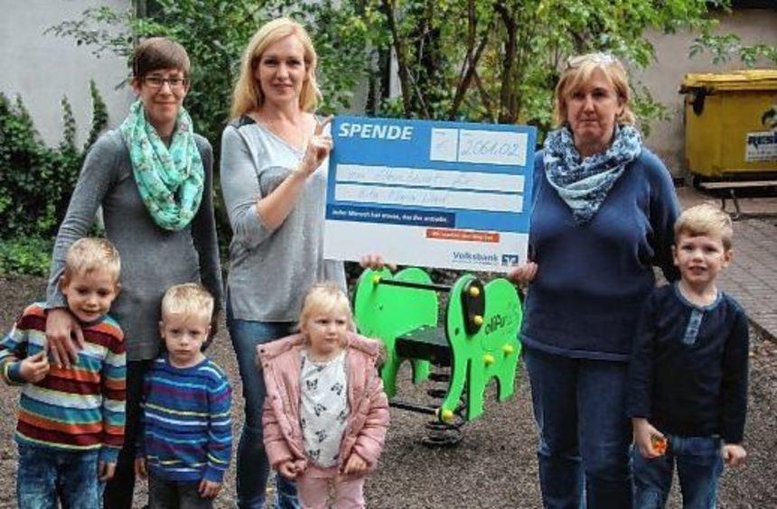 Kita-Leiterin Gertrud Schade freute sich über die Spende der Elternbeiräte Helene Kinzel und Julia ...