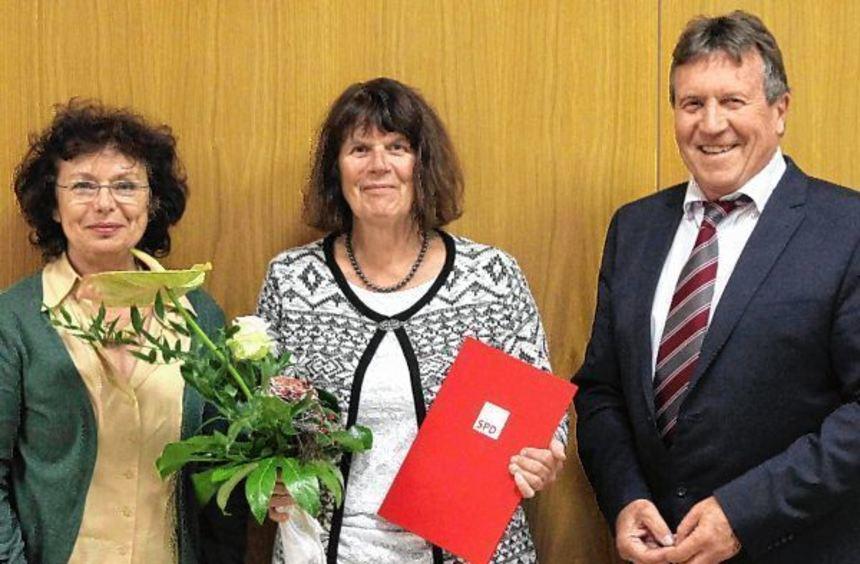 """""""Politischer Ruhestand ist für sie kein Thema"""": Rosa Grünstein (l.) und Ortsvereins-vorsitzender ..."""