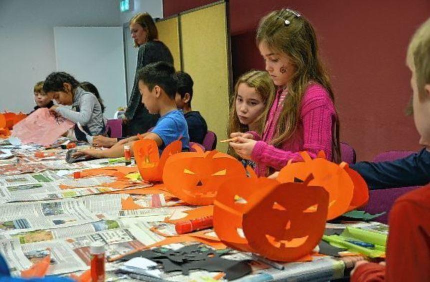Saubere Kanten: Hochkonzentriert schneiden die Kinder die Formen aus und kleben sie zu Figuren ...