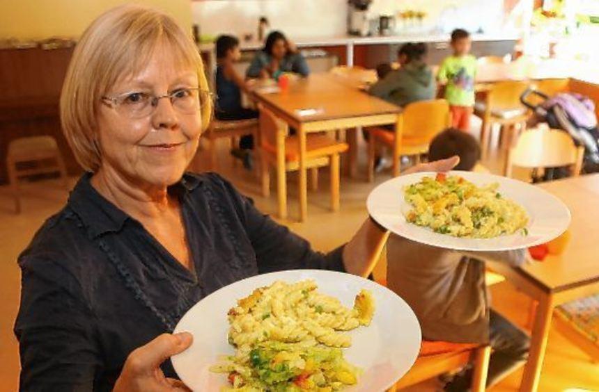 Bettina Seitz mit dem frisch gekochten vegetarischen Nudelauflauf. Die ersten jungen Gäste des ...