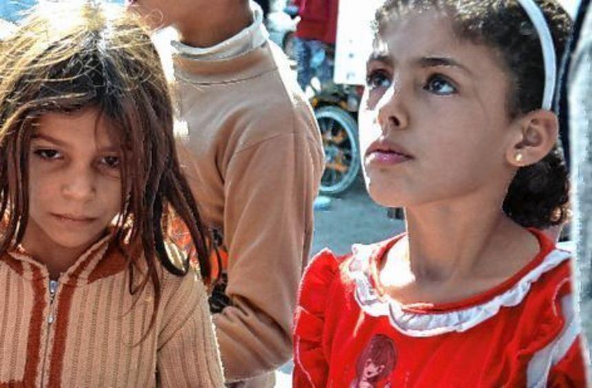 Syrische Kinder warten im syrischen Dscharablus auf Essen.