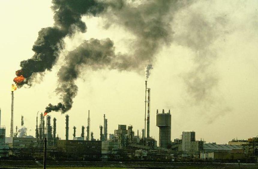 Gefahr im Unglücksfall: 42 Firmen, darunter auch die BASF hier beim Verbrennen von Gasen nach einem ...