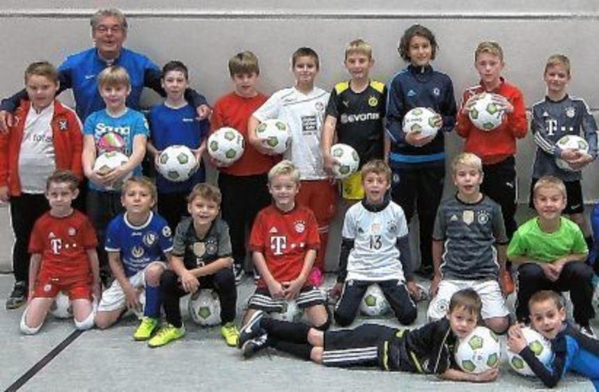 Die jungen Kicker mit Gerold Renzland (links) und Marcus Reichert (rechts).