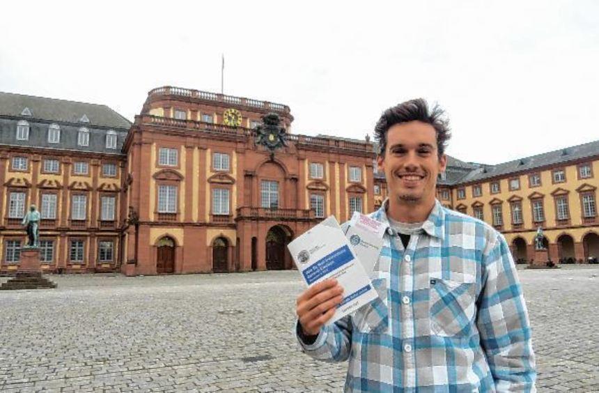 Der Austauschstudent Nathan Griffin gibt seine Stimme im November per Briefwahl ab. Hier zeigt er ...