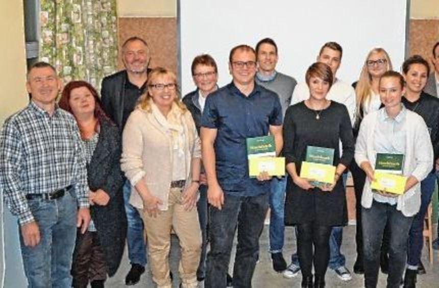 Die drei vom Ortschaftsrat prämierten Architekturstudenten am Montagabend in Wachbach (vorn, von ...