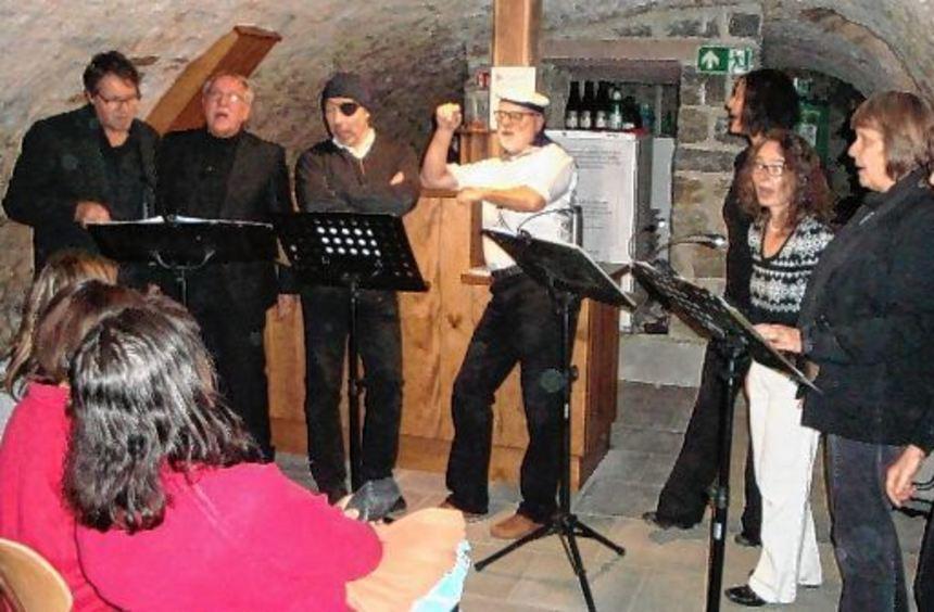 """Der Chor """"NotaBene"""" begeisterte die Zuhörer im Museumskeller in Dittwar mit einem breitgefächerten ..."""