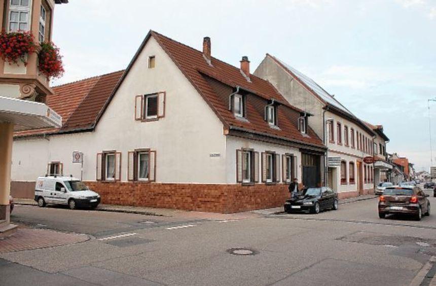 Das stark sanierungsbedürftige Haus in der Schwetzinger Straße 19, unmittelbar neben dem Gasthaus ...