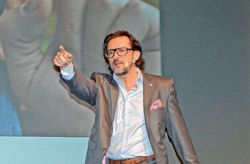 In Aktion: Gewitzt und wortgewandt interagiert Oliver Geisselhart mit dem Wertheimer Publikum und ...