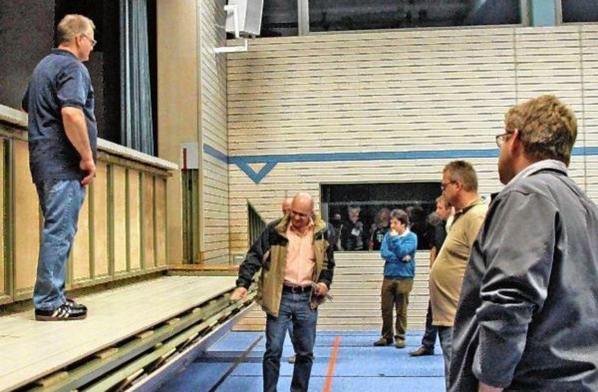 In der Seckachtalhalle: Roland Bangert zeigte Gremiumsmitgliedern die Schäden an der Bühne.