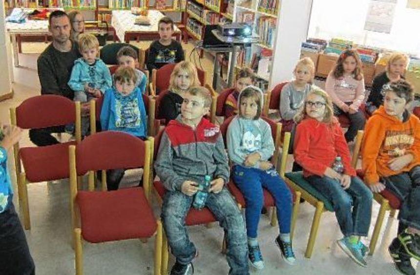 Büchereileiterin Barbara Burkard (links) stellt den jungen Gästen in der Stadtbibliothek die ...