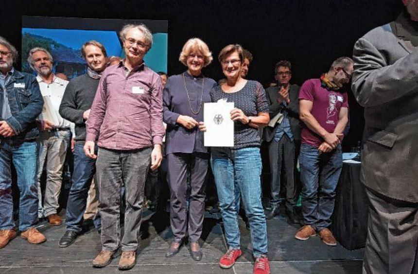 Norbert Bach und Elsbeth Schmidt (Bildmitte, rechts) vom Weikersheimer club w 71 nahmen in Köln den ...