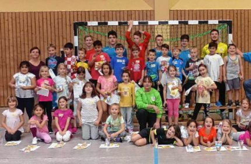 """Sehr viel Spaß hatten die Friedrichsfelder Zweitklässler beim Grundschulaktionstag """"Handball""""."""