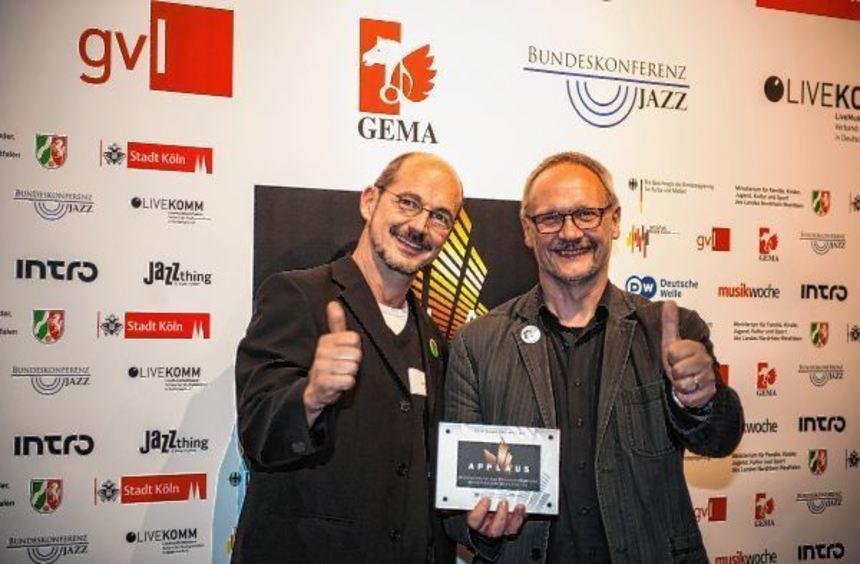 """Rolf Freiberger (links) und Christoph Hussong freuen sich über den """"Applaus 2016"""" für Forum Kultur ..."""
