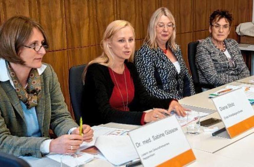 Bei der Vorstellung des DAK-Gesundheitsreports (von links): Dr. Sabine Güssow (Leiterin des Hauses ...