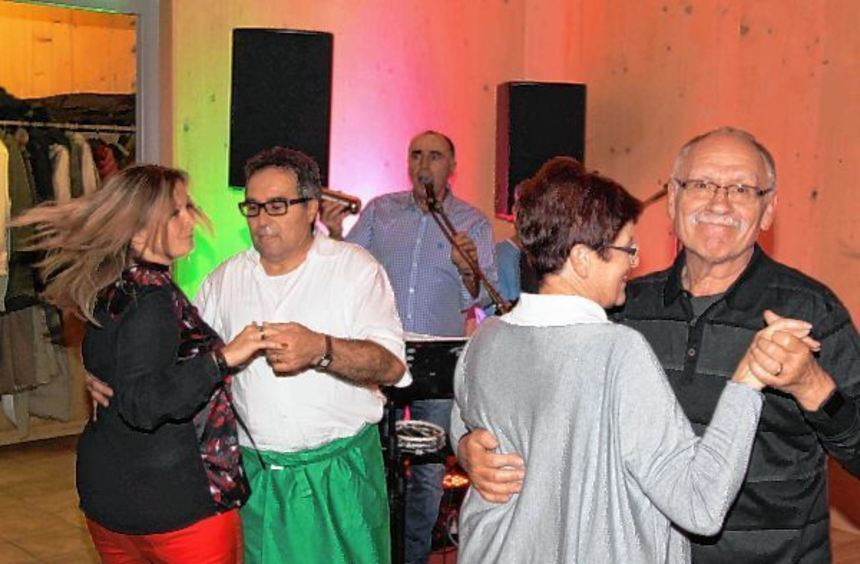 Musiker Matteo di Maggio (am Mikrofon) animiert die Gäste mit italienischen Klassikern zum Tanzen, ...