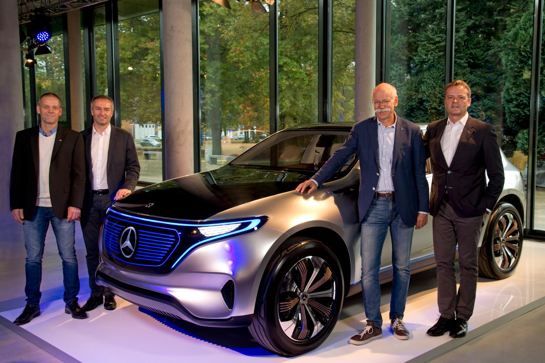 mid Groß-Gerau - Elektrisches aus dem Norden: Daimler-Chef Dieter Zetsche (2.v.r.) kündigt den Produktionsstart elektrischer Automobile im Werk Mercedes-Bremen an.