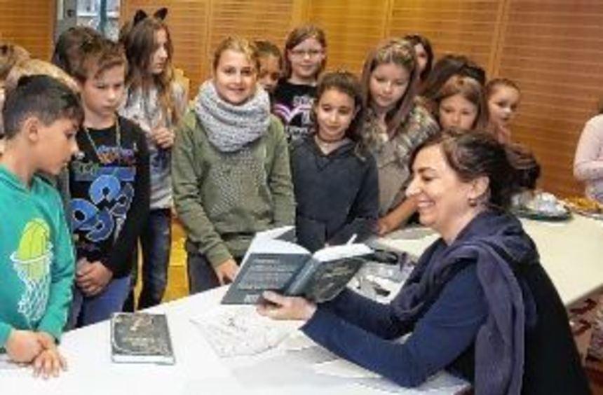 Birgit Bestvater (ganz rechts) bringt den Kindern der Lußhardtschule ihre Geschichte rund um einen ...