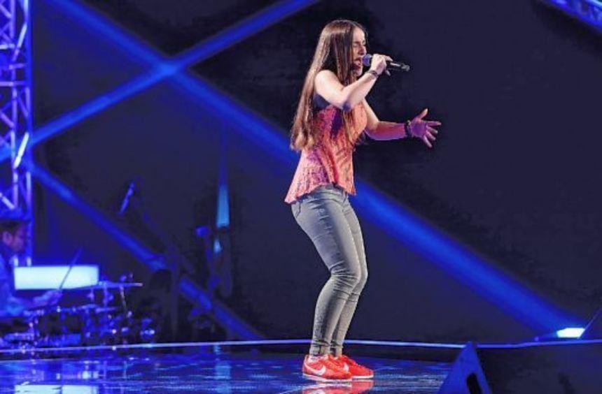 Florentina Krasniqi mit Volontär Hasan-Hüseyin Kadioglu beim Interview (oben) und auf der Bühne von ...