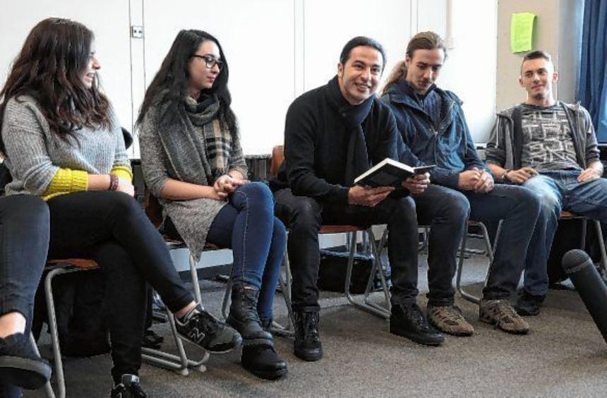 Bülent Ceylan zwischen den Schülern (von links) Eda Bostanci, Alisa Lohmann, Nathan Semanko und ...