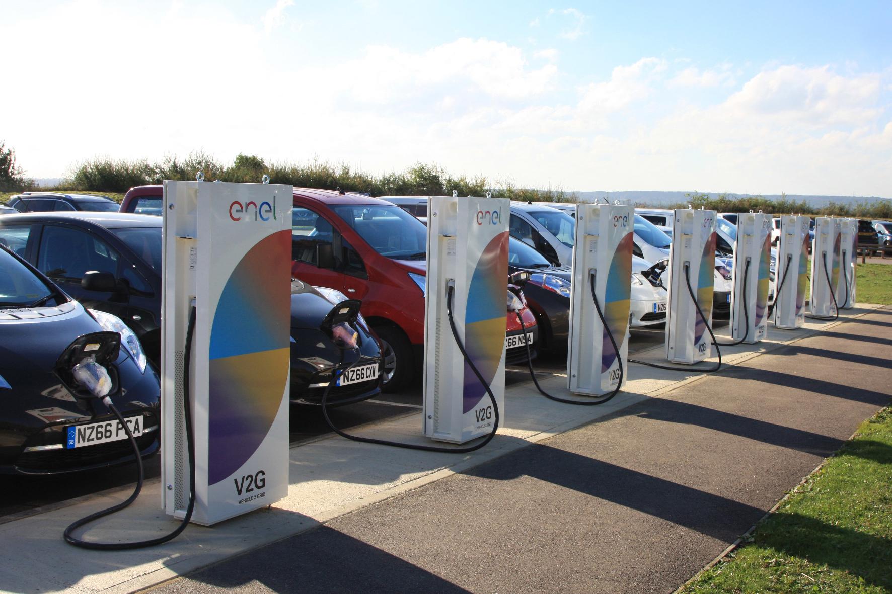 mid Groß-Gerau - Geben und nehmen: Am Nissan Forschungsstandort im britischen Cranfield können an Vehicle2Grid-Stationen E-Autos geladen werden oder Belastungsspitzen im Netz abfedern.