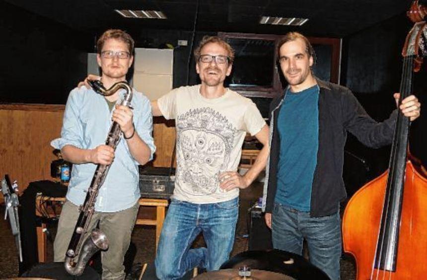 """Im Schwarzen Salon trat die Gruppe """"NeckarGanga"""", die aus sechs Personen besteht, als Trio auf (von ..."""