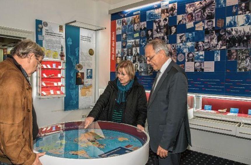 Weltweite Geldströme im Blick: Gerhard Hofferbert (links), Christa Schreier und Harald Steinert im ...
