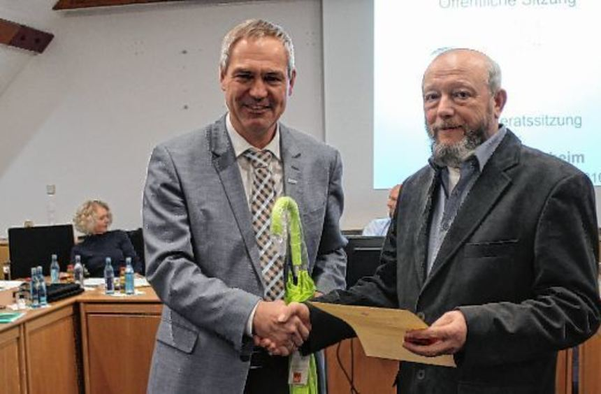 Bürgermeister Andreas Metz (links) überreicht die Ehrennadel für 25-faches Blutspenden und den ...